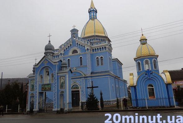 На Тернопільщині біля храму УГКЦ вивісили списки, хто скільки не здав на ремонт
