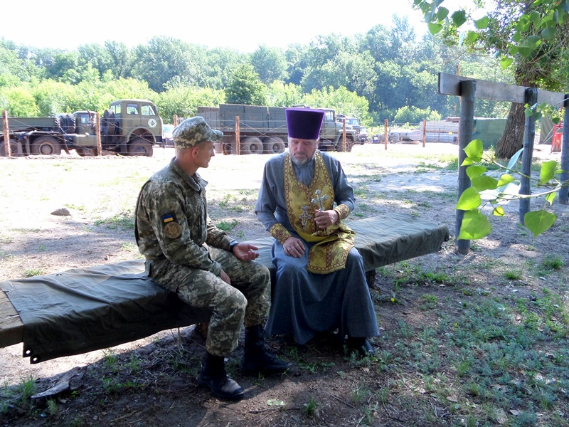 Священики УПЦ спільно з волонтерами забезпечили п'ять підрозділів ЗСУ ліками