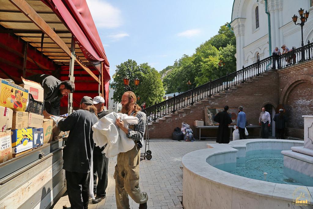 Волонтери передали Святогірській лаврі 10 тон гуманітарної допомоги для переселенців