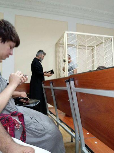 Архиєпископ УПЦ КП відвідав у суді арештованого в Криму активіста