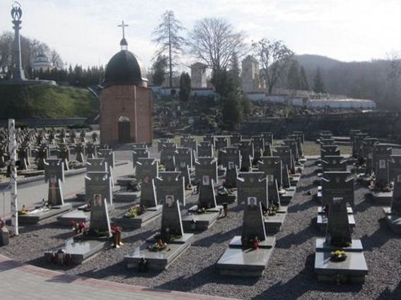 На Личаківському кладовищі у Львові молилися за загиблих героїв АТО та Небесної сотні