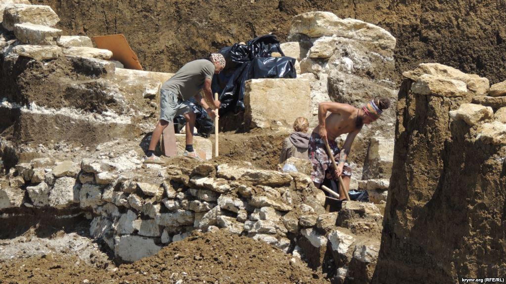 В Україні розслідують дії російських учених, які ведуть розкопки в анексованому Криму