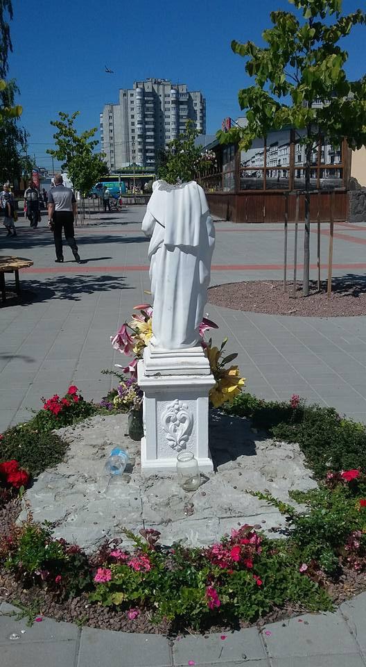 У Сквері Гідності у Львові відбили голову фігури Богородиці
