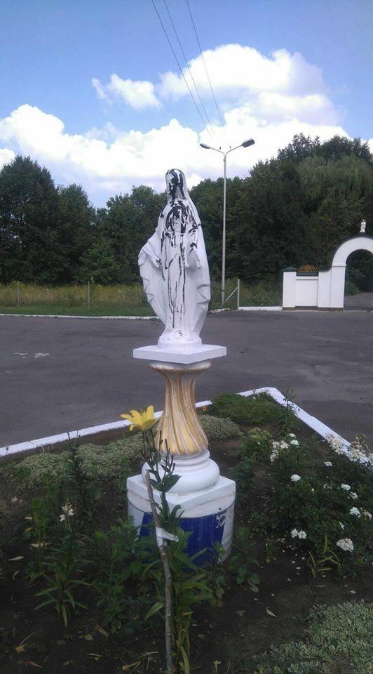 У Луцьку фігуру Діви Марії облили смолою