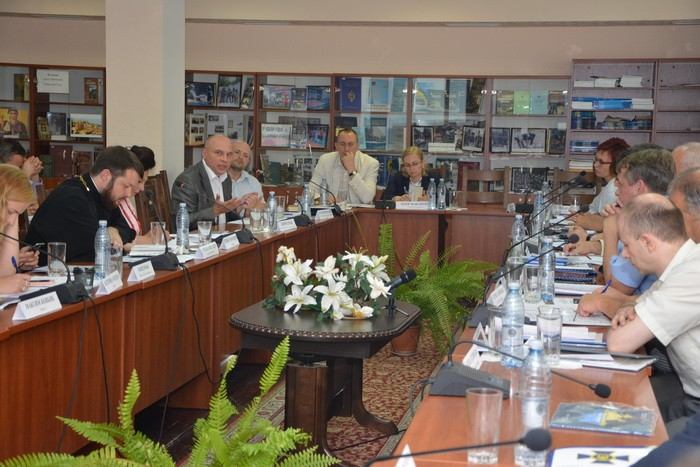 На круглому столі в СБУ священик УПЦ КП говорив про загрози від УПЦ (МП)