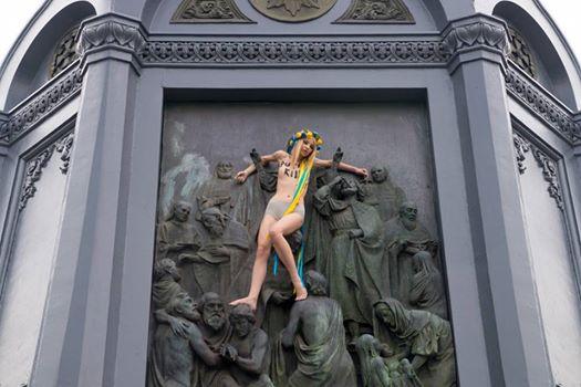 Суддя самоусунулася від розгляду справи активістки Femen, яка провела топлес-протест проти ходи УПЦ