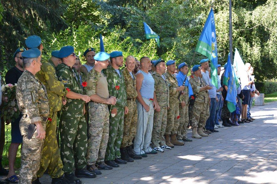 Священики УПЦ освятили місце під пам'ятник десантникам