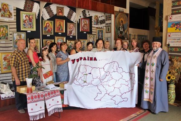 На Тернопільщині освятили найбільшу вишивану карту України