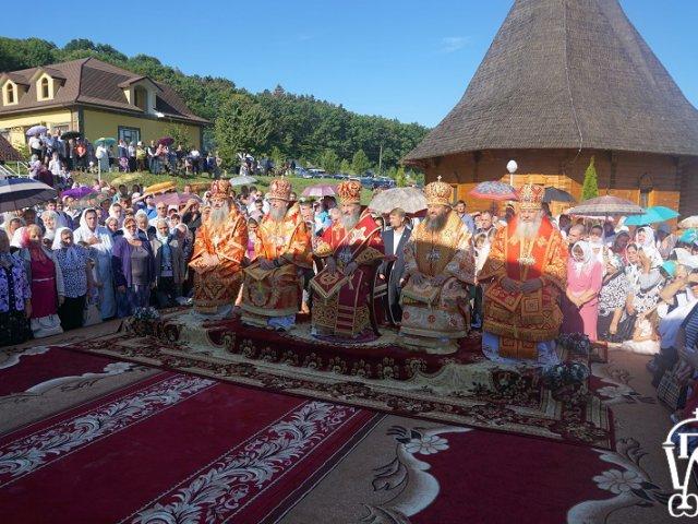 Глава УПЦ прибув з нагородами у монастир, який готувався роздавати анафеми ієрархам-екуменістам