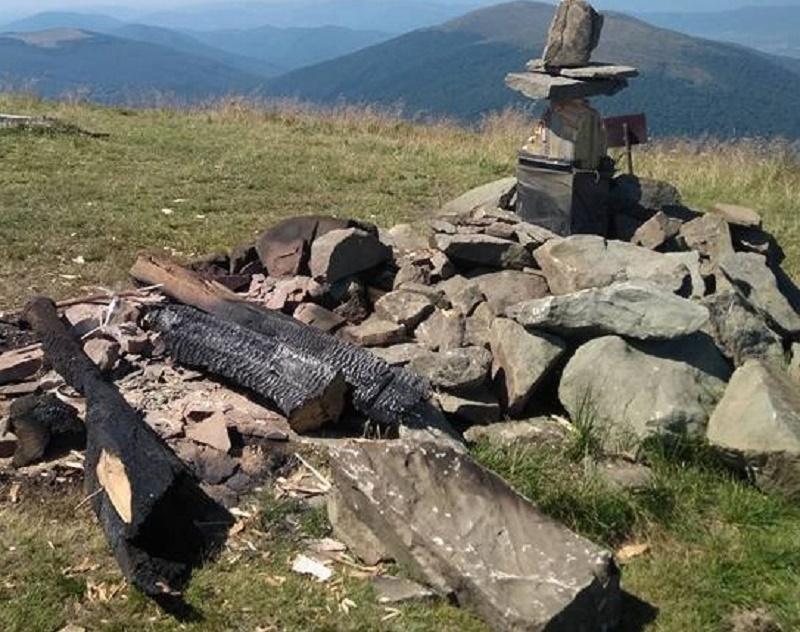На Закарпатті вандали спалили поклінний хрест, встановлений на висоті 1500 метрів