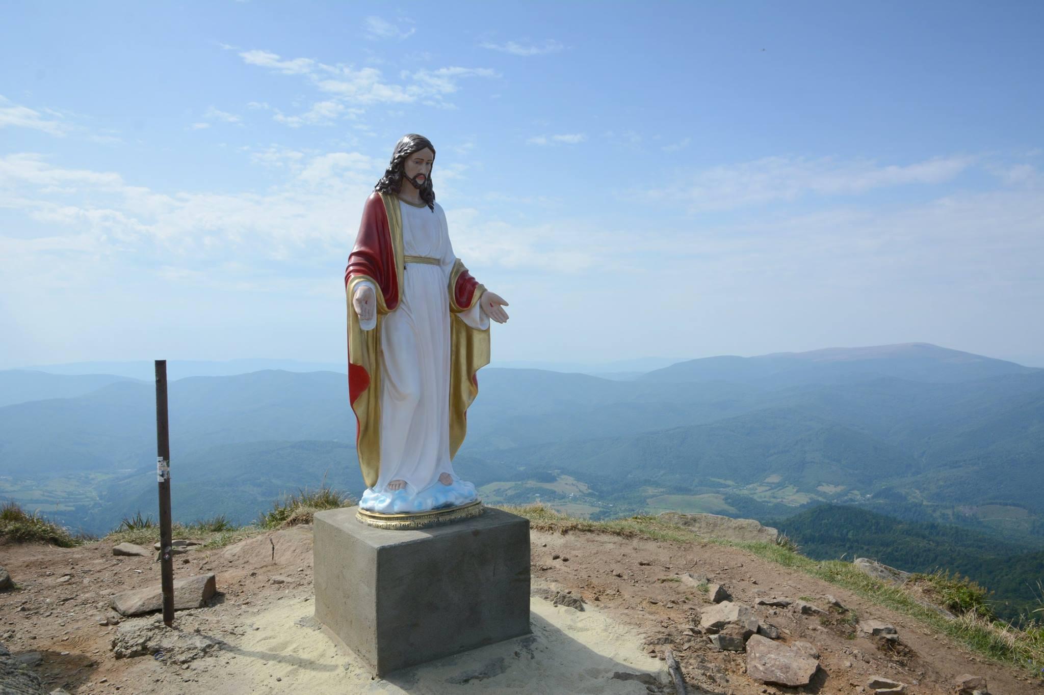 На найвищій горі Львівщини встановили статую Ісуса Христа