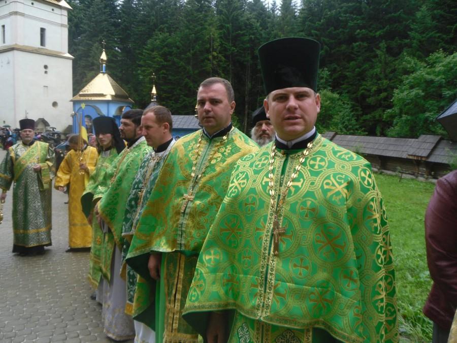 Церковна «революція» у Новиці: парафіяни — сваряться, священик — лікується