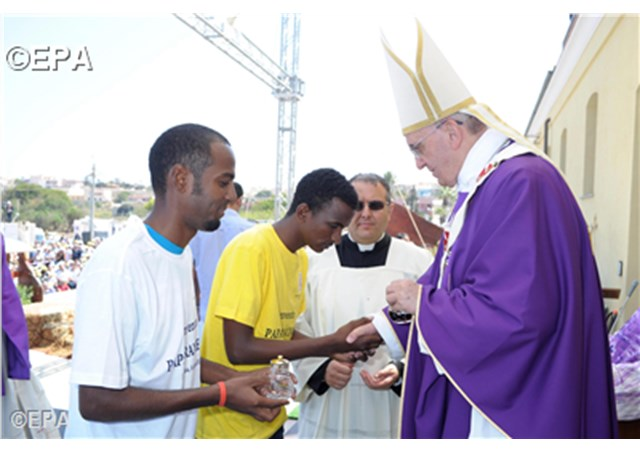 Папа Римський закликав допомагати мігрантам та біженцям