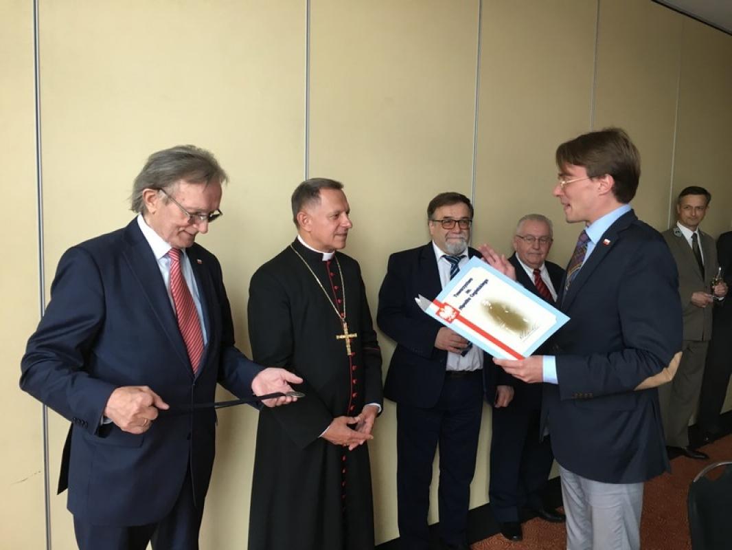 Архиєпископ РКЦ Мокшицький отримав у Польщі срібну медаль  «Labor Omnia Vincit»