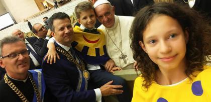 Діти нагородили Папу Франциска орденом посмішки