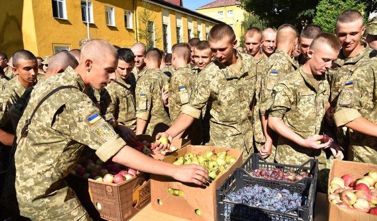 Священнослужителі УГКЦ освятили та передали військовим дві тонни фруктів