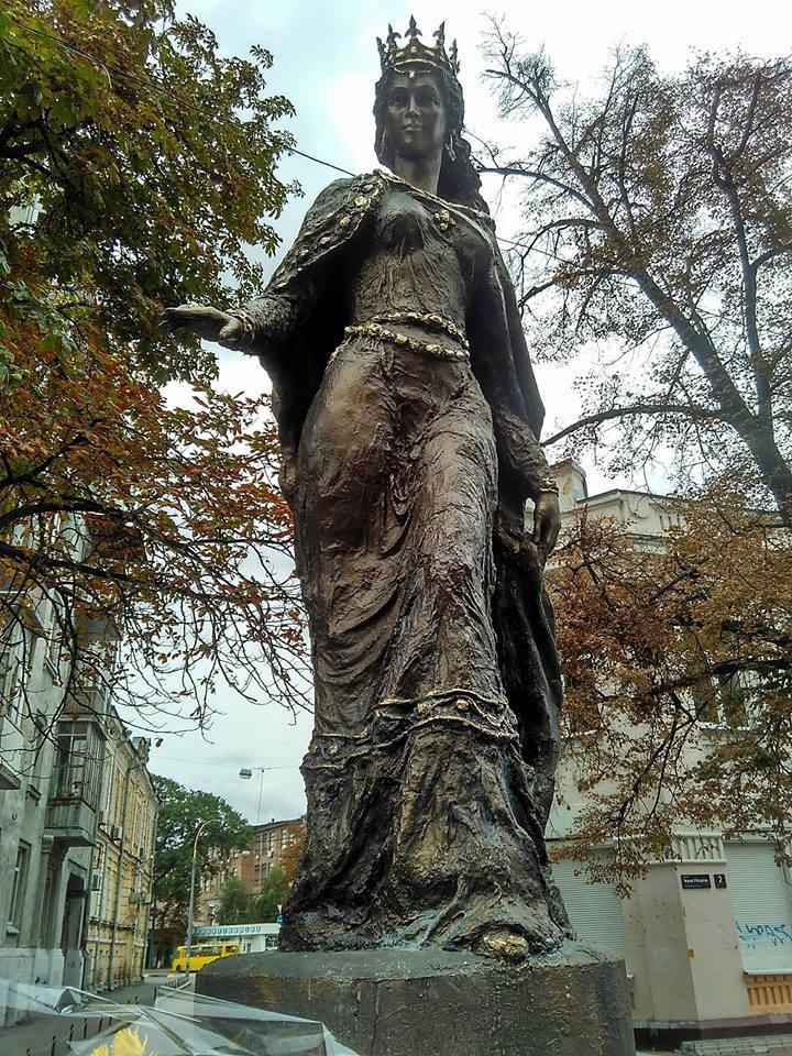 Пам'ятник королеві Франції Анні Київській, такий як у Санлісі, встановлено у Києві