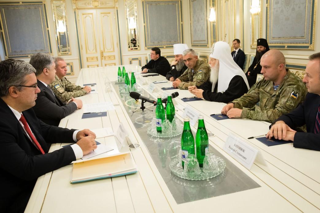 Президент Порошенко вимагає припинити напади на українську Церкву в Криму