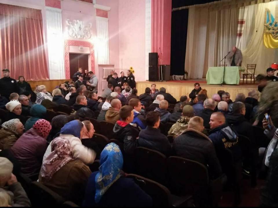 «Правий сектор» зірвав засідання Почаївської міськради, яка хотіла розглянути зміну цільового призначення земельної ділянки лаври