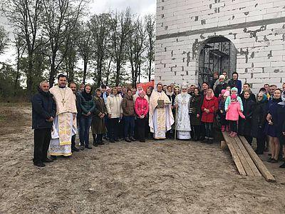 Глава УАПЦ заклав капсулу у фундамент нового храму на Київщині