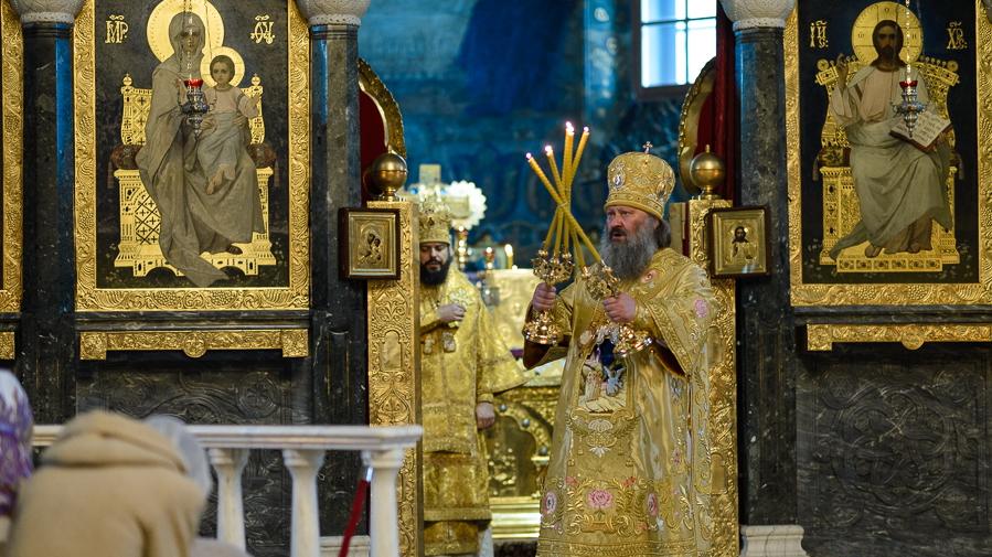 Наместник киевской лавры готовился к защите от мнимых провокаций, а в Сумах епархия УПЦ наперекор властям провела шествие по городу