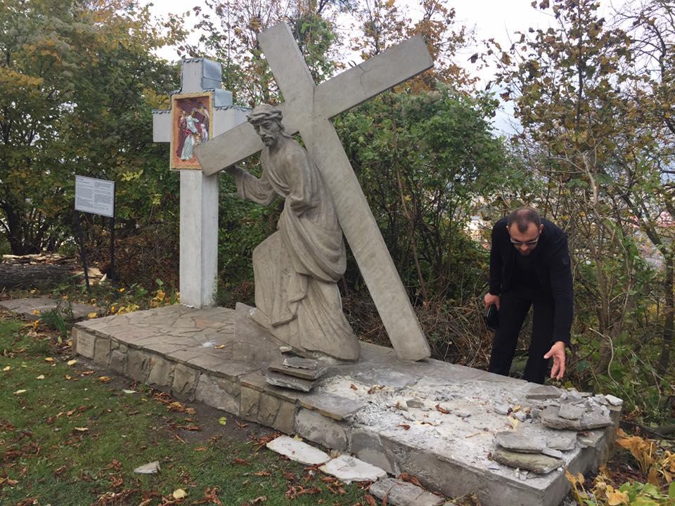 У Львові вандали понівечили стації Хресної Дороги на Високому Замку