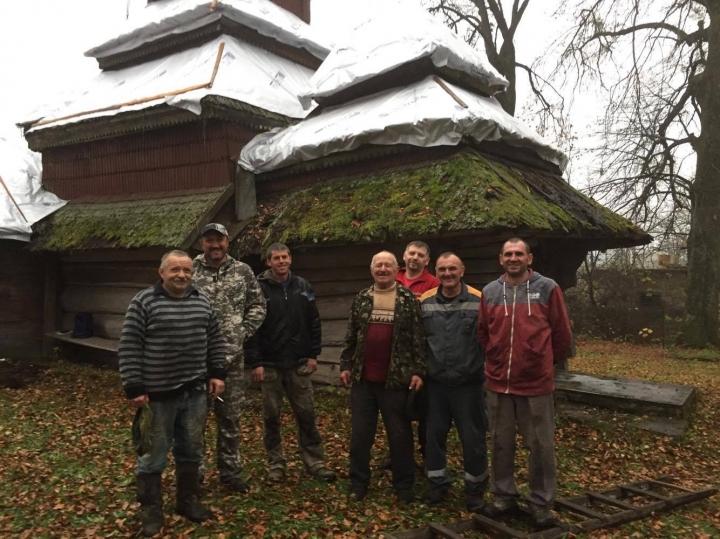 На зиму львівські волонтери накрили плівкою дерев'яний храм ХVІІ століття
