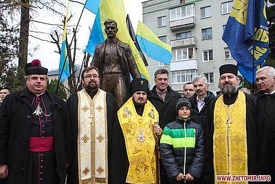 Архієпископ УАПЦ освятив у Житомирі пам'ятник Олегу Ольжичу