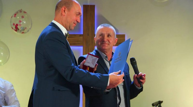 В Каменском мэр наградил пастора нагрудным знаком