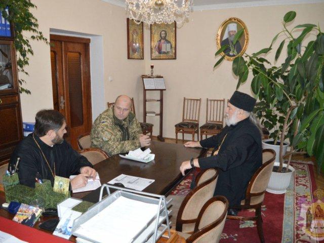 Єпископ УПЦ (МП) передав допомогу військовим, а УПЦ КП нагородила бійців АТО