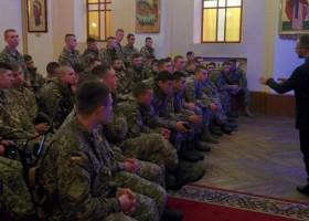 Семінаристи УГКЦ провели бесіду з військовими про шкідливі звички, а священик розповів курсантам про особливості спілкування з дітьми-сиротами
