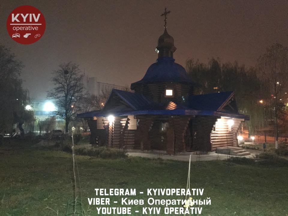 У Києві на гарячому схопили чоловіка, який у церкві поцупив коштовності