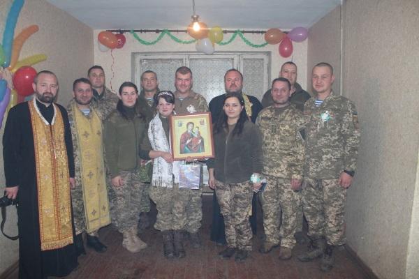 Капелани УПЦ КП повінчали військовослужбовців на передовій АТО