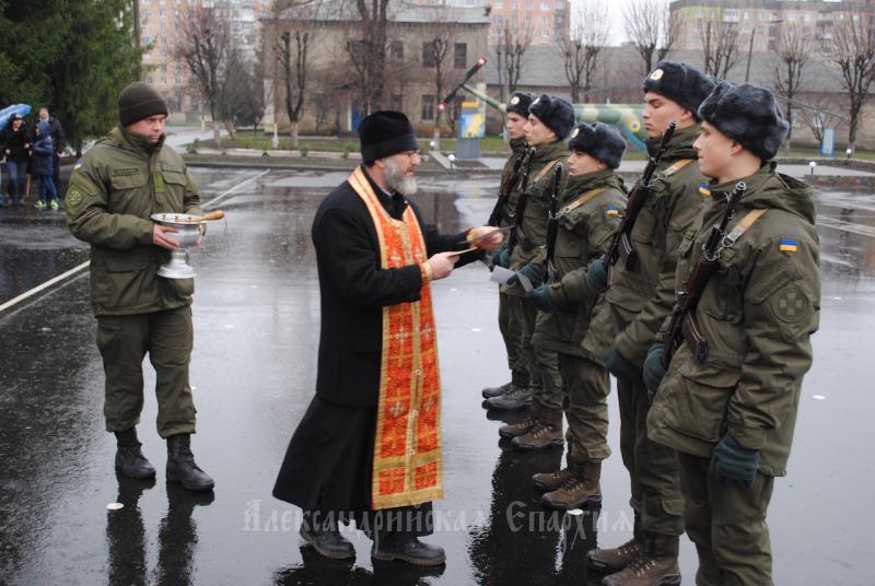 На Кіровоградщині священик УПЦ благословив військових, які склали присягу