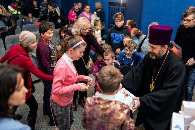 УПЦ (МП) влаштувала у Києві свято для 200, а УПЦ КП для 700 потребуючих дітей