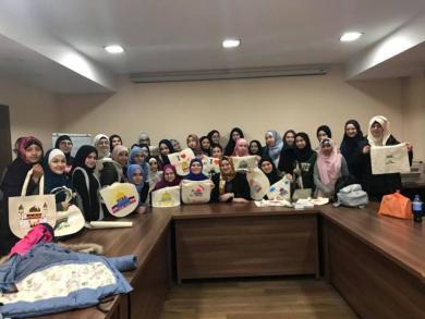 На дводенному семінарі у Києві мусульманські дівчата-підлітки слухали лекції та грали в боулінг