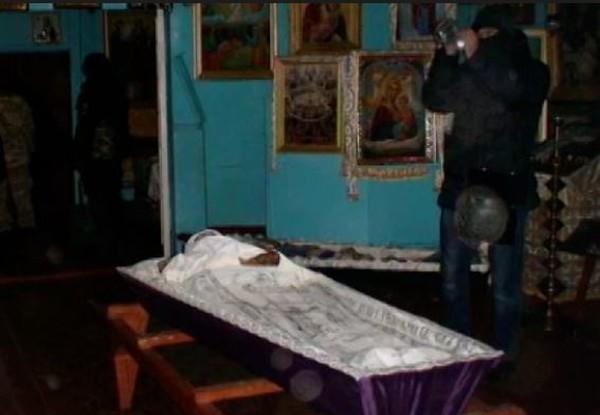Суд виправдав київського священика, який викопав з могили тіло своєї дружини